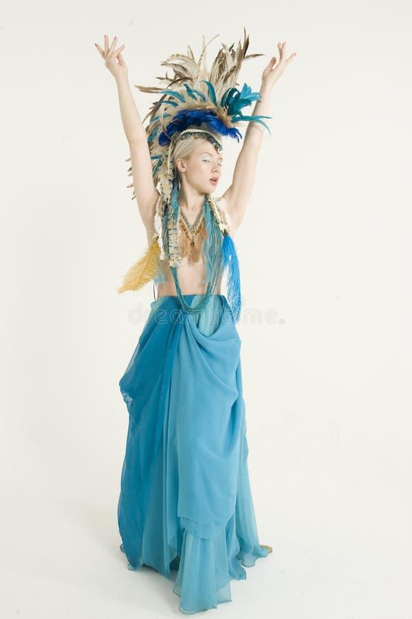 La vista delantera de la mujer joven hermosa con los brazos aumentó sobre fondo coloreado