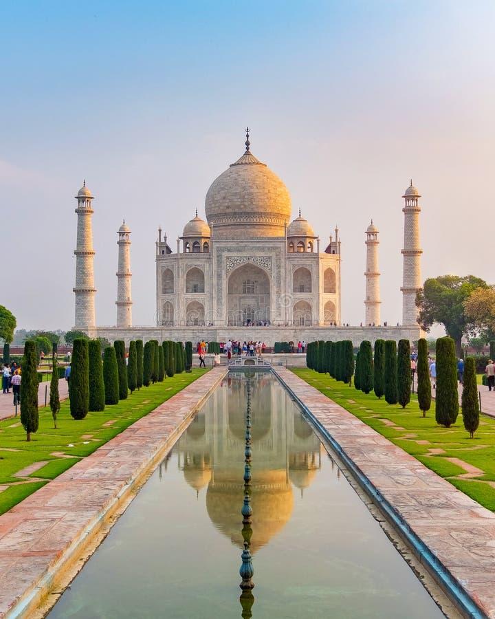 La vista delantera de Taj Mahal reflejó en la piscina de la reflexión, un mausoleo de mármol marfil-blanco en la orilla sur del r imagen de archivo libre de regalías