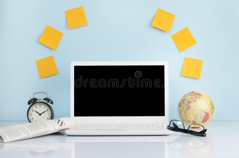 La vista delantera del ordenador port?til est? en la tabla de trabajo fotografía de archivo