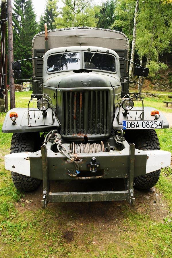 La vista delantera histórica del camión de ejército 6x6 del soviet ZIL 157 imagenes de archivo