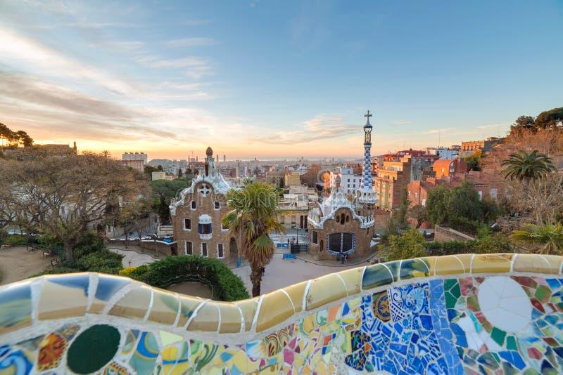 La vista dell'alba del parco Guell ha progettato da Antoni Gaudi, Barcellona immagini stock libere da diritti