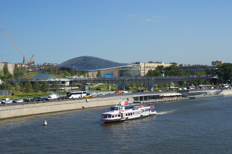 La vista dell'estate del Mosca-fiume ed il paesaggio parcheggiano il ` di Zaryadye del `, Russia immagine stock libera da diritti