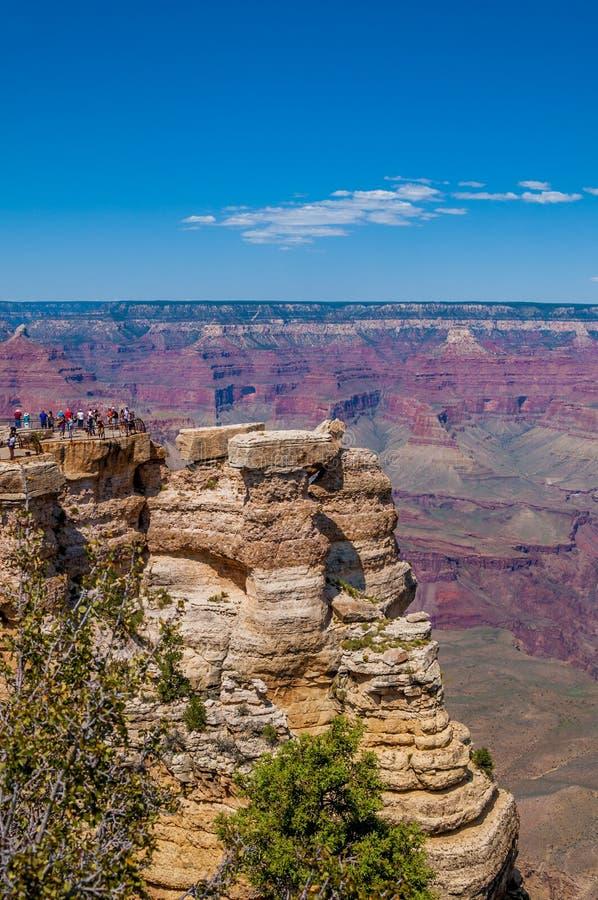 La vista dell'orlo del sud del ` s di Grand Canyon da Mather Point con la gente a Yavapai indica immagine stock