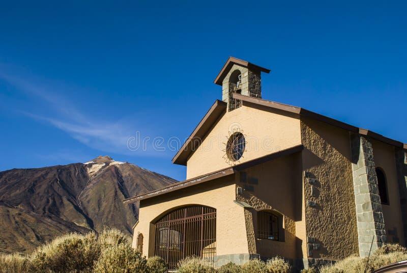 La vista della cappella cattolica e Teide alzano, Tenerife, isole Canarie fotografia stock libera da diritti