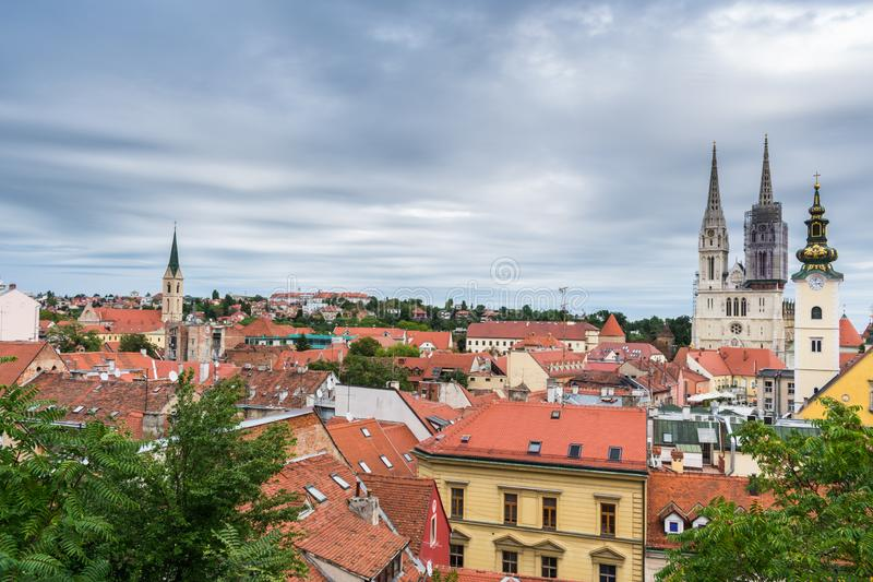 La vista della cattedrale e delle chiese torreggia i tetti a Zagabria, Croazia fotografie stock libere da diritti