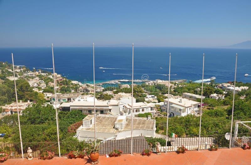 La vista della città di Capri e del porticciolo sul isla italiano fotografia stock