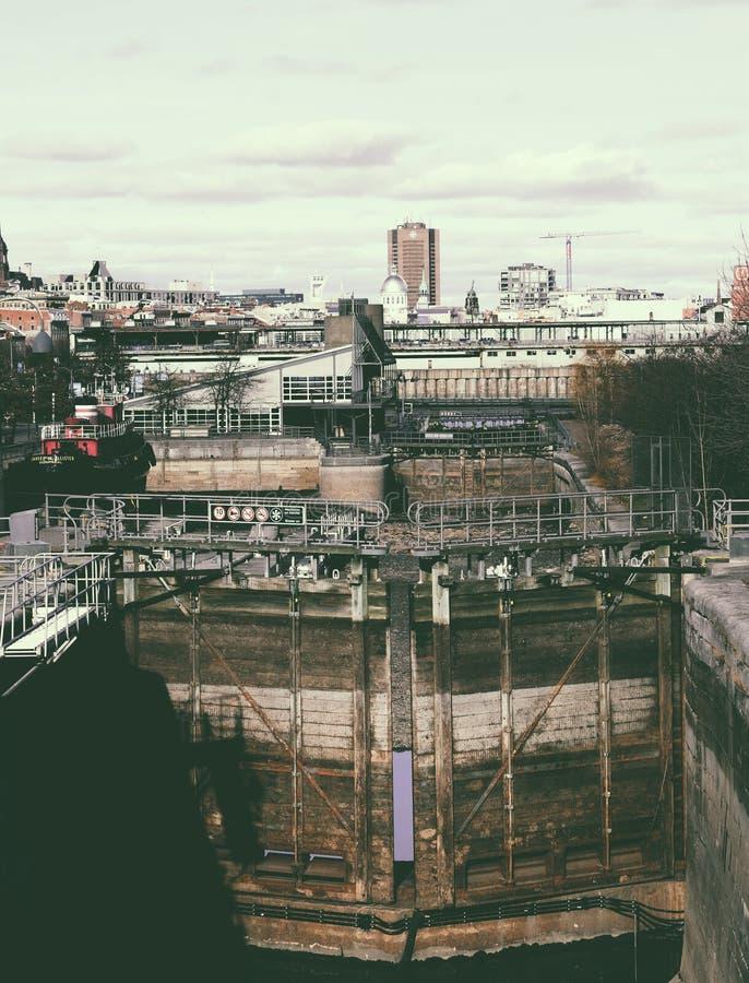 La vista della città di Montreal, nella priorità alta fissa il fiume San Lorenzo fotografia stock