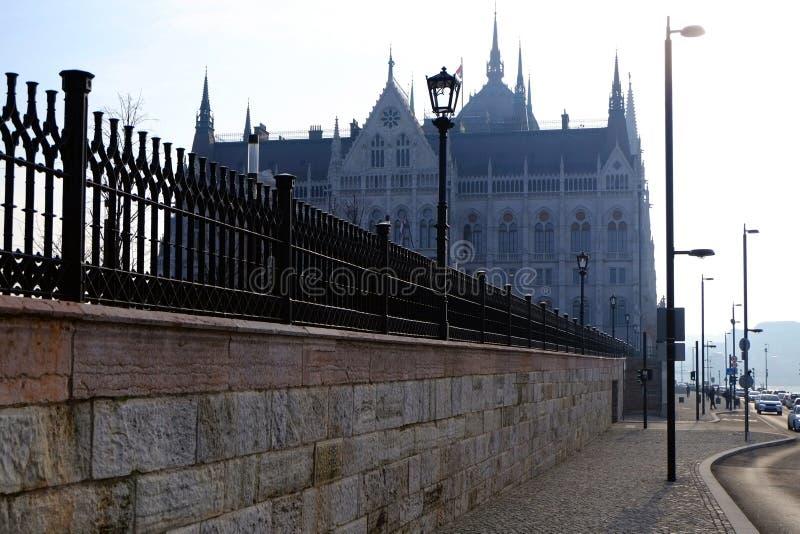 La vista della costruzione del Parlamento ungherese in lampadina immagine stock