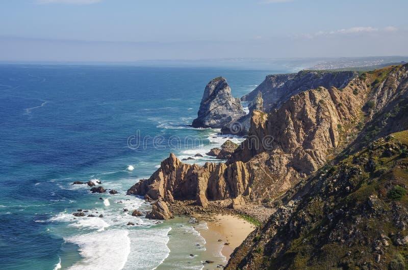 La vista della linea costiera dell'Oceano Atlantico dal capo Roca di Cabo da Roca è a fotografia stock