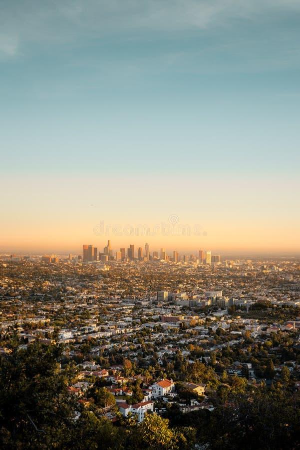 La vista della LA presa da Griffith Observatory al tramonto fotografia stock libera da diritti
