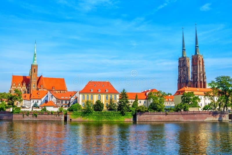 La vista della st John Cathedral si eleva e chiesa dell'incrocio e di St Bartholomew santi a Wroclaw fotografia stock libera da diritti