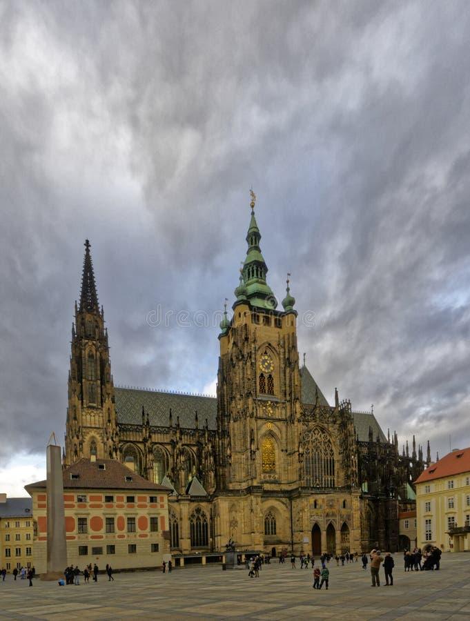 La vista della st Vitus Cathedral ha catturato da una distanza immagini stock