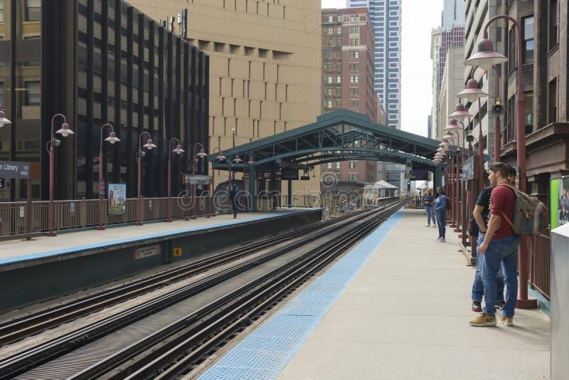 La vista della stazione ferroviaria Van Buren/di Harold Washington Library-State in Chicago fotografie stock