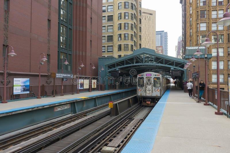 La vista della stazione ferroviaria Van Buren/di Harold Washington Library-State in Chicago fotografia stock
