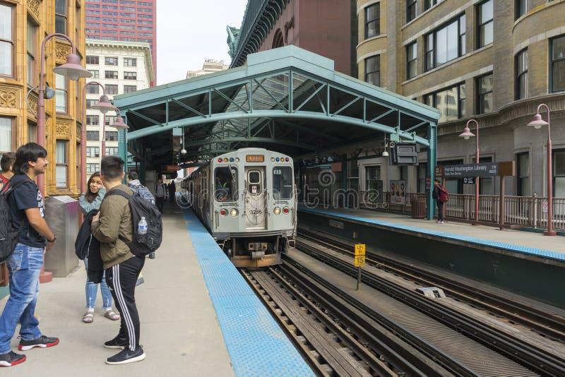 La vista della stazione ferroviaria Van Buren/di Harold Washington Library-State in Chicago immagine stock