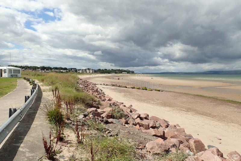 La vista della tempesta della riunione si rannuvola una bassa marea sulla spiaggia di Nairn fotografie stock libere da diritti