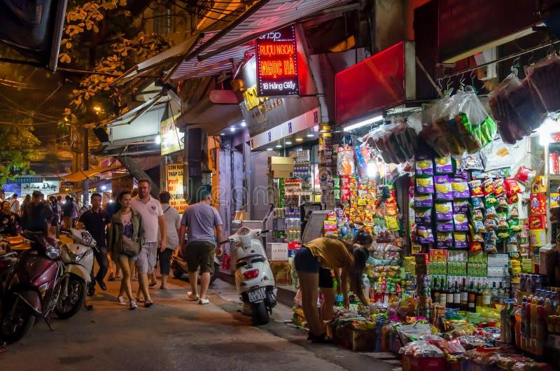 La vista della via di notte nel vecchio quarto di Hanoi, la gente può l'esplorazione veduta intorno  immagini stock libere da diritti