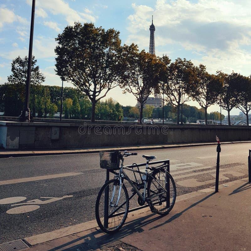 La vista della via della torre Eiffel del thw e di Parigi fotografie stock libere da diritti