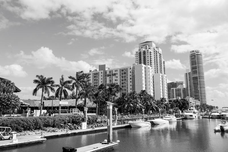 La vista delle barche lussuose e dell'yacht si è messa in bacino in un concetto di lusso di vita del porticciolo del sud della sp fotografie stock
