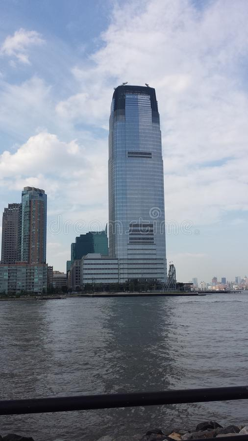 La vista delle costruzioni che guardano da Liberty State Park a Jersey City immagine stock