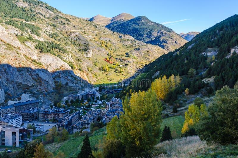 La vista delle montagne intorno a Canillo, Andorra fotografie stock