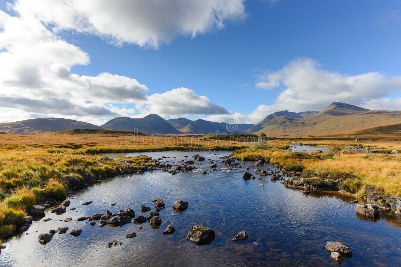 La vista delle sedere del lago dalla strada A82 in altopiani, Scozia nella stagione di autunno fotografie stock libere da diritti
