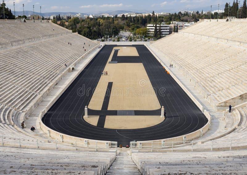 La vista dello stadio antico dei primi giochi olimpici in bianco marmorizza - stadio panatenaico - nella città di Atene, Grecia fotografia stock