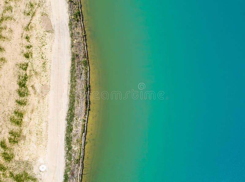La vista dettagliata del bordo di un bacino della conservazione dell'acqua piovana con turchese ha colorato l'acqua, effetto astr fotografie stock libere da diritti