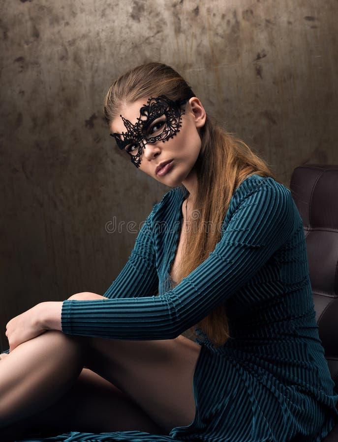 La vista di bella giovane donna nella maschera nera del pizzo sugli occhi immagine stock