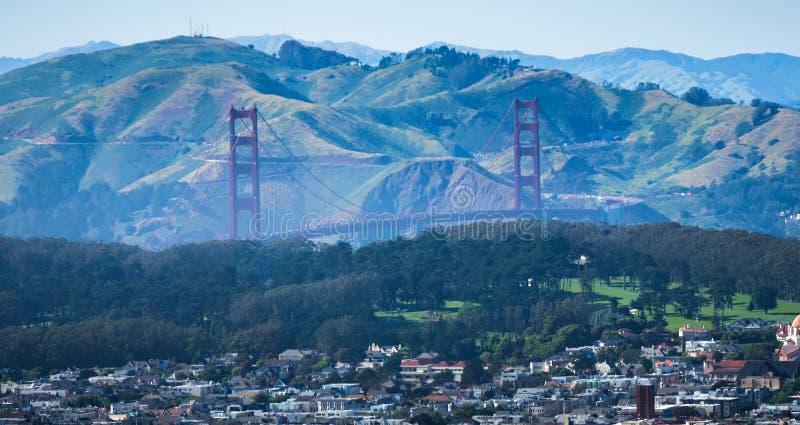 La vista di golden gate bridge dal gemello alza San Francisco verticalmente fotografia stock