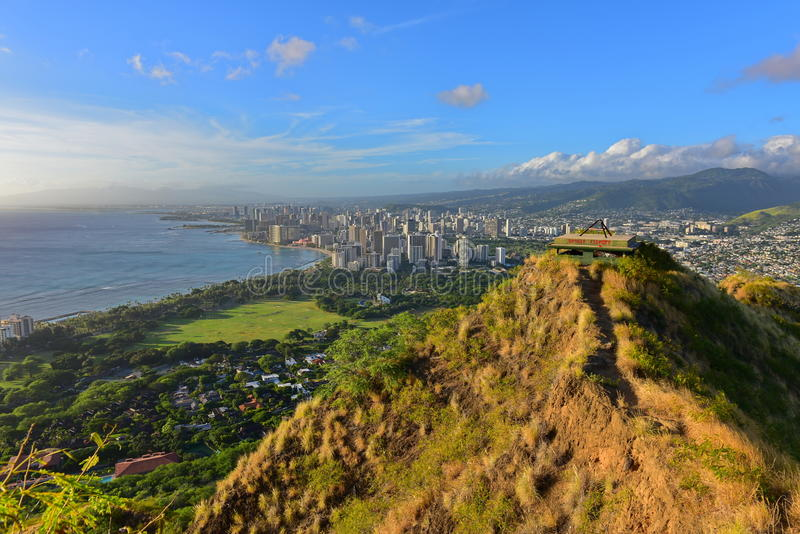 La vista di Honolulu e Waikiki tirano l'area in secco dalla sommità di Diamond Head fotografia stock libera da diritti