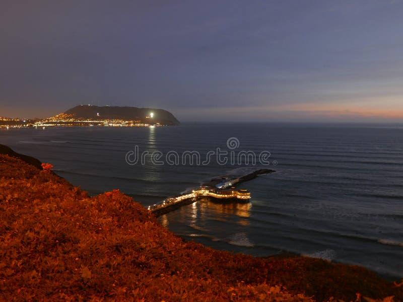 La vista di illuminazione di notte di un ristorante e Lima abbaiano fotografia stock libera da diritti
