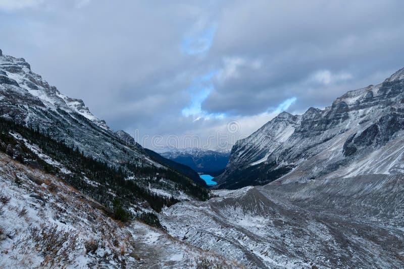 La vista di Lake Louise dalla pianura di sei ghiacciai trascina nell'inverno in anticipo fotografia stock libera da diritti