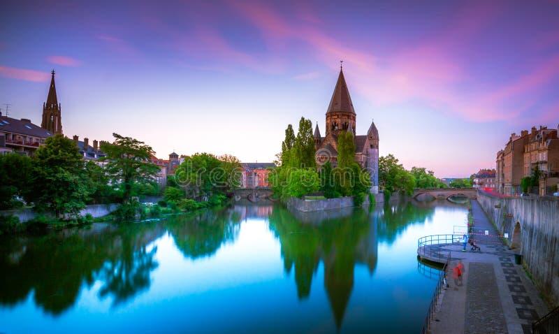 La vista di Metz con il tempio Neuf ha riflesso nel fiume di Mosella, Lorena fotografie stock libere da diritti