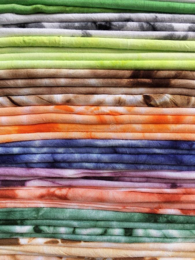La vista di molte sciarpe variopinte ha piegato in una pila fotografia stock libera da diritti