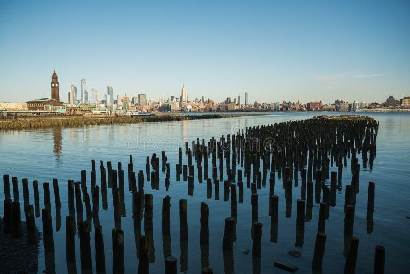 La vista di New York City dall'orizzonte di verde di Newport in lato di Jersey City come pure un commercio mondiale fotografia stock libera da diritti