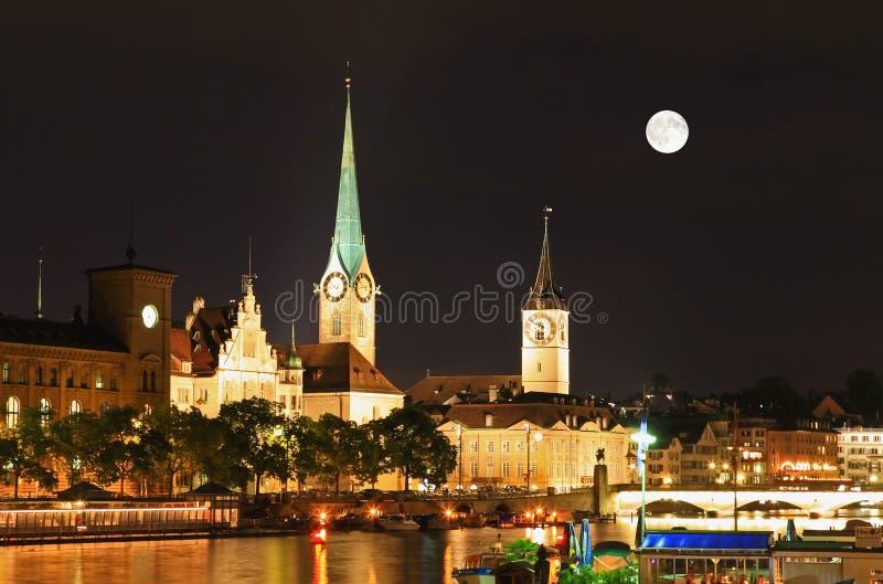 La vista di notte dei limiti importanti a Zurigo fotografia stock libera da diritti