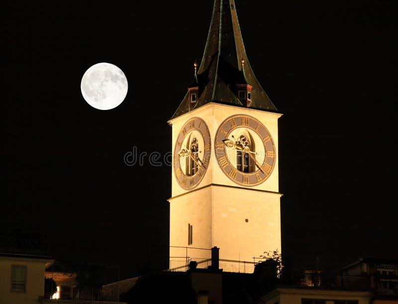 La vista di notte dei limiti importanti a Zurigo immagine stock