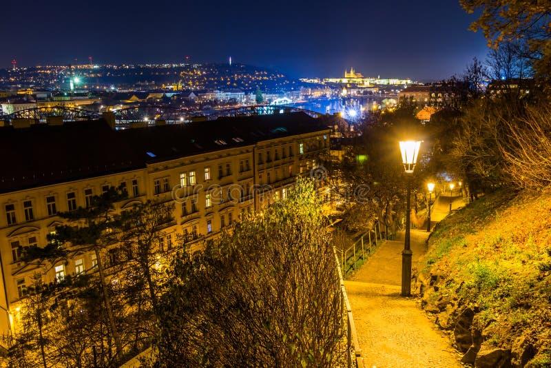 La vista di notte del castello di Praga ed il ponte ferroviario sopra la Moldava/fiume di moldau a Praga presa dalla cima di vyse fotografia stock libera da diritti