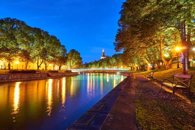 La vista di notte del fiume di aura a Turku, Finlandia immagine stock