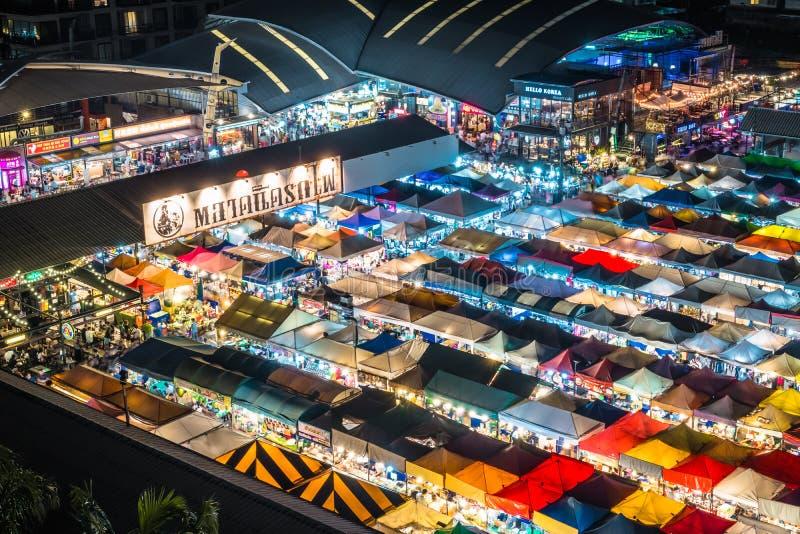 La vista di notte del mercato Ratchada di notte del treno, anche conosciuta come Talad Nud Rod Fai, è un posto del nuovo mercato  fotografie stock libere da diritti