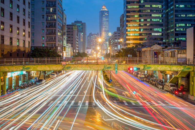 La vista di notte della città di Taipei con traffico trascina fotografia stock libera da diritti