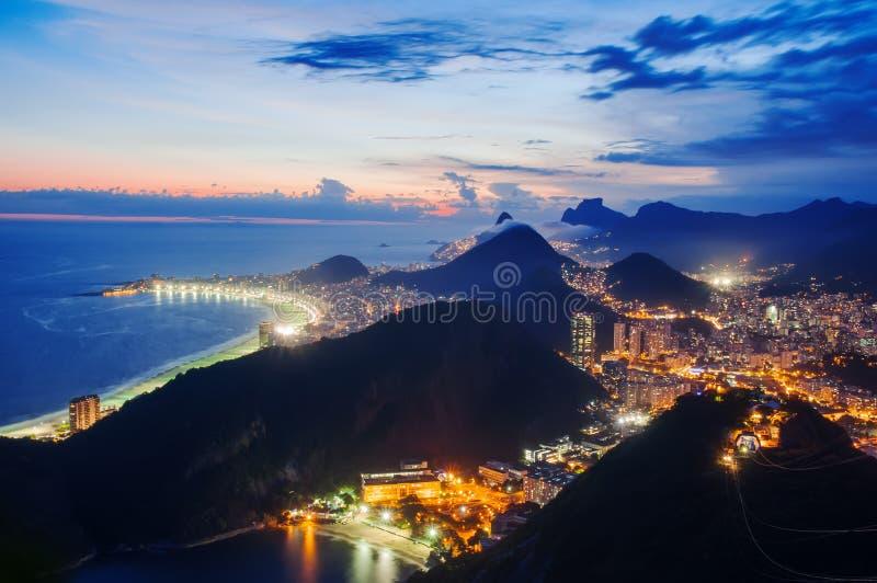 La vista di notte della vista di notte di Botafogo e Copacabana tirano in Rio de Janeiro immagine stock libera da diritti