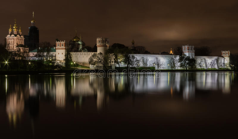 La vista di notte ha illuminato il convento di Novodevichy della nostra signora di Smolen fotografia stock libera da diritti