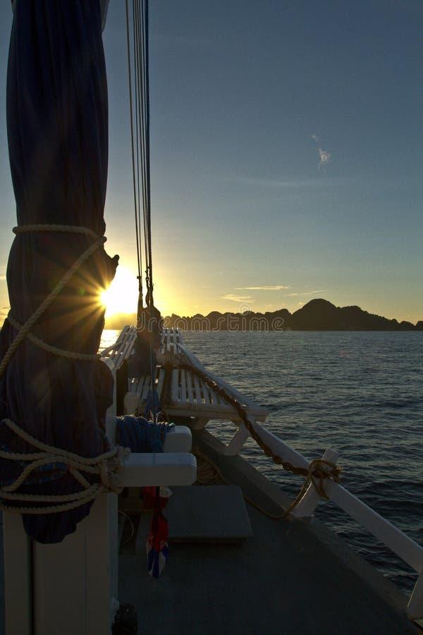 La vista di oceano dall'arco della nave della vela sui bei tramonti fotografie stock libere da diritti