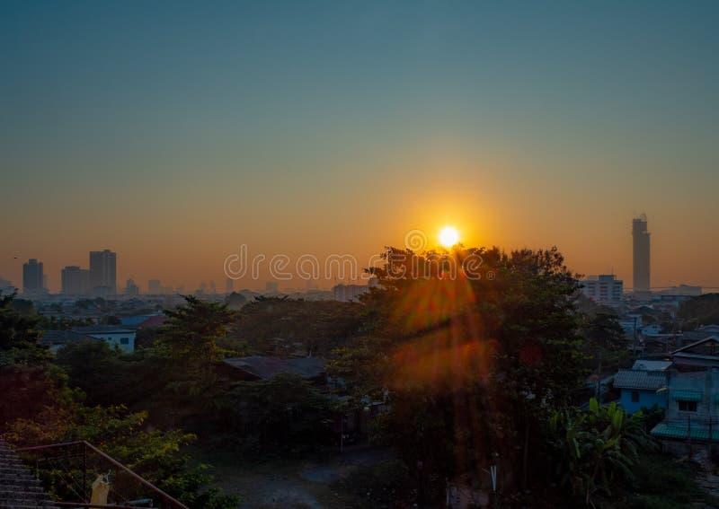 La vista di panorama di alba di una cittadina fotografia stock libera da diritti