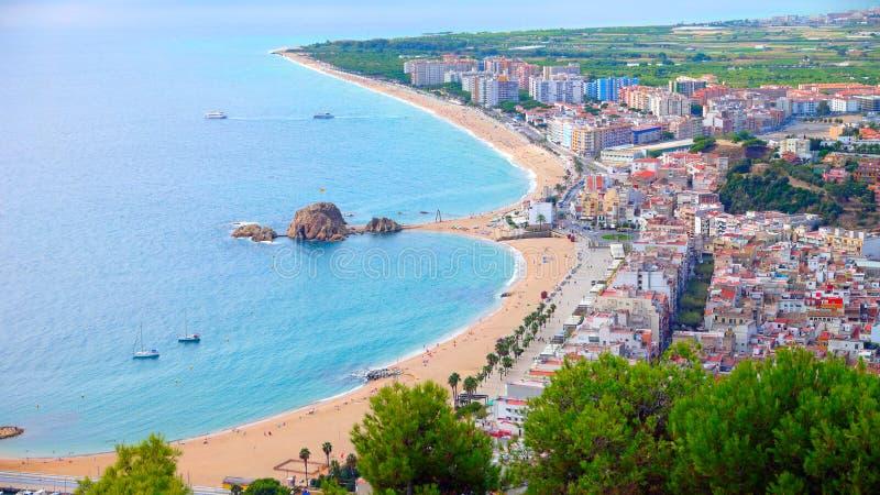 La vista di panorama della spiaggia di Blanes ed il Sa Palomera oscillano fotografia stock