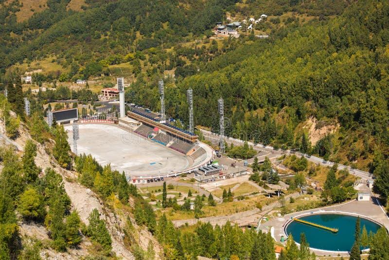 La vista di più alta pista di pattinaggio Medeo È situato in una valle della montagna della città di Almaty, il Kazakistan fotografia stock libera da diritti