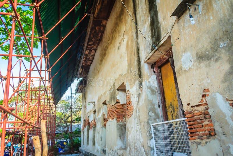 La vista di rinnova le vecchie costruzioni tradizionali del tempio Rinnovamento o immagine stock libera da diritti