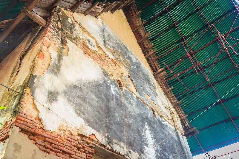 La vista di rinnova le vecchie costruzioni tradizionali del tempio Rinnovamento o fotografia stock libera da diritti